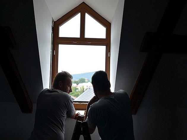 Výměna oken na novoborské radnici.