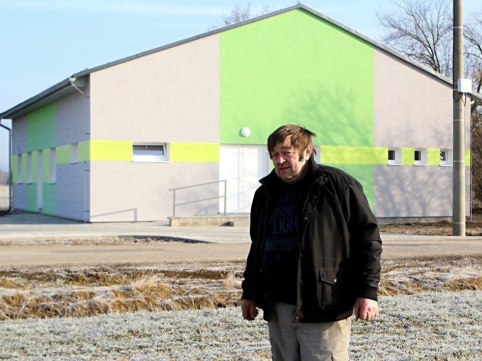 Nové Mateřské centrum už je téměř hotové, ukazuje starosta Velkého Valtinova Josef Lukavec.