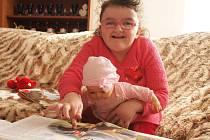 Sedmiletá Růženka Tušelová z České Lípy každý den ulehá do dětské postýlky. Na speciální totiž rodina nemá.