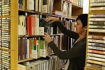 S nedostatečnými prostorami se potýká městská knihovna. V malých místnostech mají regály s knihami velmi natěsnané. Druhá část knihovny ve dvoře neodpovídá požadavkům knihovnictví.