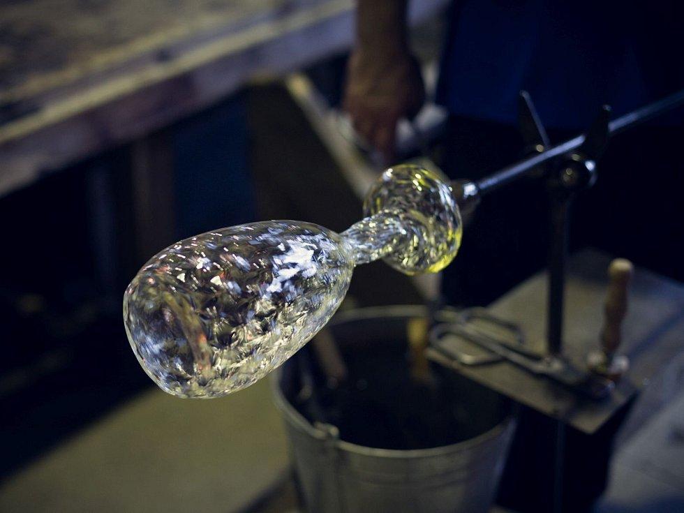 Bořek Šípek a mladá designerka vyrobili aukční láhve pro Paraple.