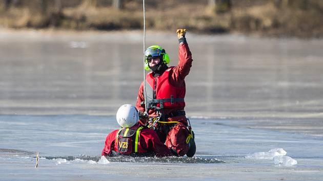 Speciální cvičení probíhá v těchto dnech na ploše Radvaneckého rybníku ve Sloupu v Čechách. Zdravotníci, hasiči, policisté či vojáci se při něm učí správně pomoci bližnímu v nouzi.