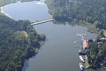 V Doksech se začala odbahňovat místní zátoka. Nejdříve se Máchovo jezero, které je hluboké až 12 metrů, muselo odpustit o 1,7 metru.