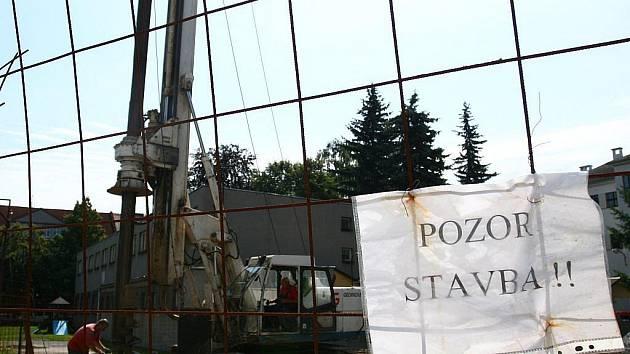 V areálu ZŠ Dr. Miroslava Tyrše vznikají nové šatny.