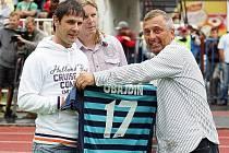 Josef Obajdin přebírá z rukou sportovního ředitele dres s číslem 17.