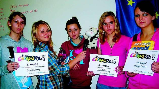 Pět žákyň s maskotem jelo do Brna na vyhlášení výsledků soutěže Školní časopis roku 2011. Přivezly odtud tři ceny.