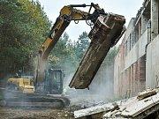 Kusy zdí padající od čelistí demoličního stroje na místě zůstanou jen po určitý čas. Suť nakonec nahradí stromy.