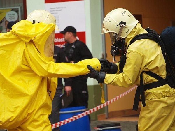 Hasiči a policie krátce po 11.hodině hlavní poštu uzavřeli, částečně evakuovali a povolali na místo speciální chemický tým.