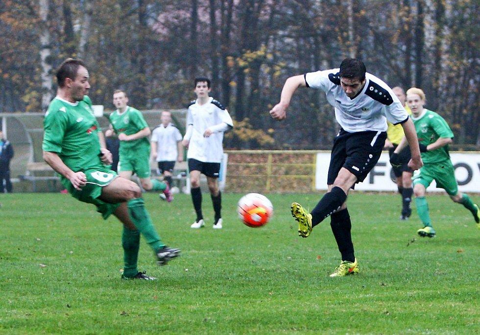 Hostující Lebeda (v bílém) odvrací míč před Kubešem.