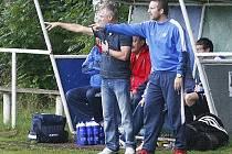 Trenér Korda s asistentem Silným dirigují hráče.