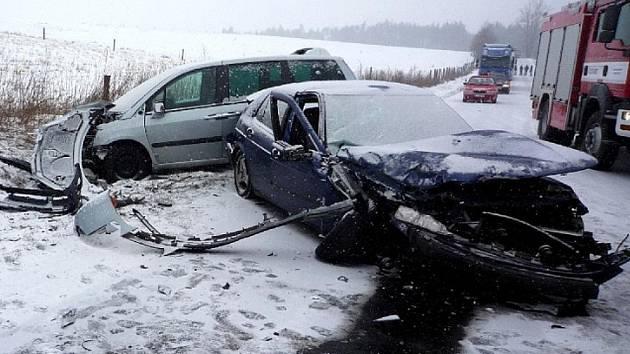 Silnice č. 270 byla kvůli nehodě zhruba na hodinu uzavřena.