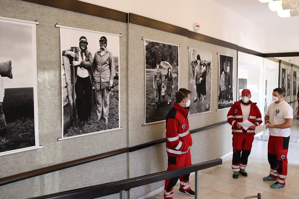 VMěstském divadle vNovém Boru uspořádala Kultura Nový Bor vernisáž výstavy dokumentárního fotografa Jindřicha Štreita snázvem Vztahy.
