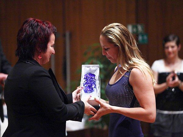 Modrou křišťálovou plastiku za oblast sportu převzala plavkyně Petra Chocová.