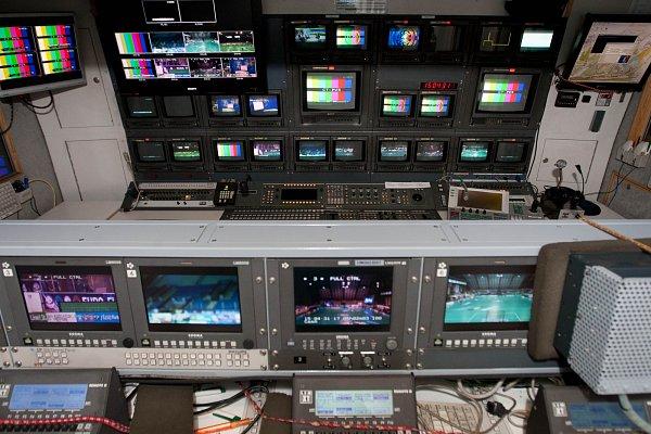 """Tým čtyřiceti lidí  vyslala kvůli Euro Floorball Tour do České Lípy veřejnoprávní televize. Kromě klasického přenosového vozu, ve kterém se zpracovávají obrázky zosmi kamer, také speciální přenosový vůz stechnikou """"super slow motion""""."""