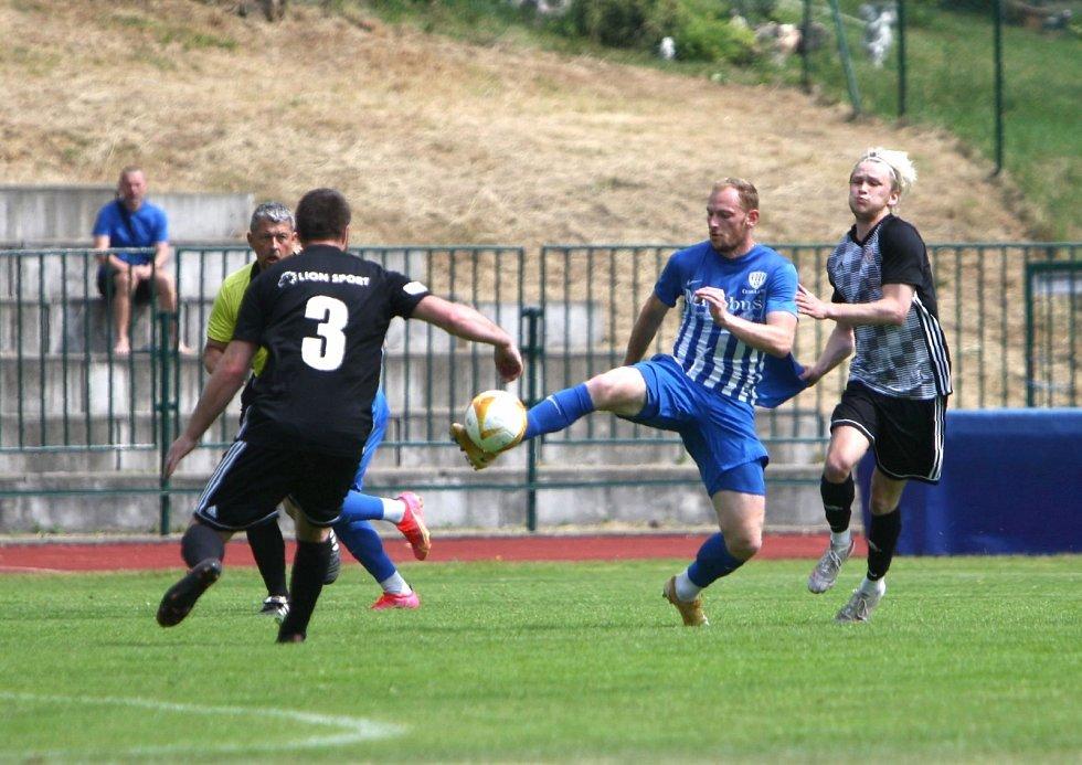 Fotbalisté České Lípy (modré dresy) doma porazili Kosmonosy 5:1.