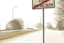 Konec obce. Sem podle článku ve strážském zpravodaje odváží městští strážníci bezdomovce.  Jak se však ukázalo, bezdomovce mimo město odvezli pouze jednoho, a to do léčebny v Beřkovicích.