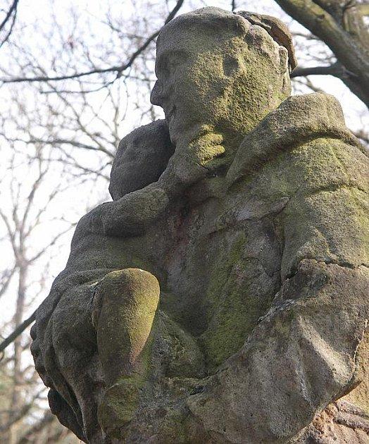 JE PRYČ. Socha svatého Antonína Paduánského.