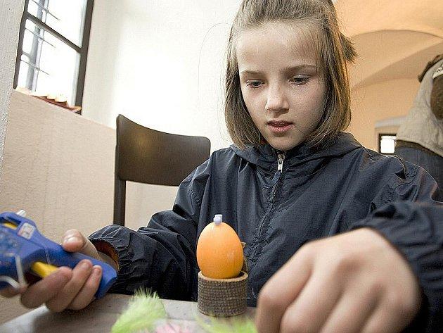 Velikonoční dílnu pro děti i dospělé připravilo na sobotu občanské sdružení Slunovrat z Volfartic. V prostorách místní tvrzi si příchozí mohli vyzkoušet především řadu technik zdobení vajec, ale i výroby dalších dekorací.