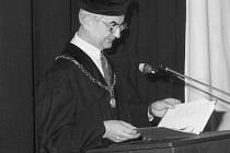 Docent Jiří Vomáčka v taláru univerzitního docenta. Fotografie jej zachycuje při projevu na Technické univerzitě v Liberci.