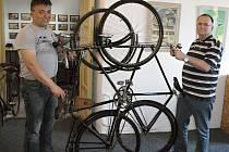 Sběratelé Lukáš Dalecký (vlevo) a Jaromír Misík pózují s historickými bicykly.