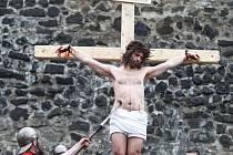 VELIKONOCE nejsou jen lidové svátky nebo dny volna. V naší křesťanské tradici připomínají významný mezník. Ukřižování a zmrtvýchvstání Ježíše Krista. Na mnoha místech připomínají historickou událost Pašijové hry.