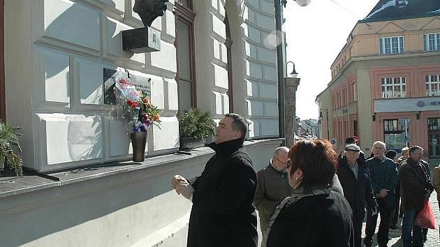 Květiny k bustě prvního československého prezidenta položili představitelé města a další.