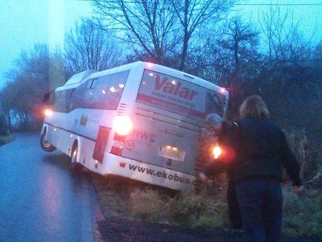 Ranní nehoda autobusu na Kolném u Kravař.