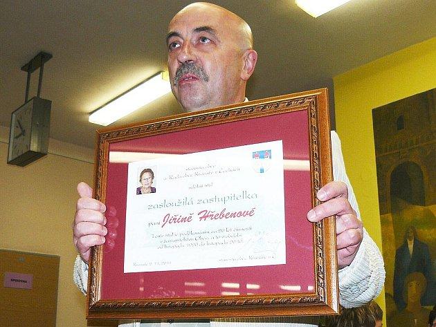 Vít Vomáčka předal plaketu zasloužilé zastupitelce Jiřině Hřebenové.