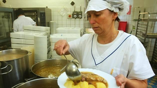 Senioři z Domova důchodců ve Sloupu si včera pochutnali na obědě uvařeném výhradně z regionálních surovin.