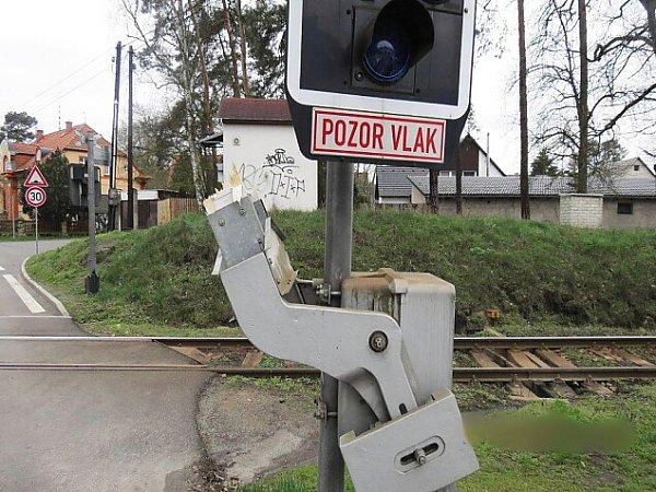 Na železničním přejezdu ve Starých Splavech málem uvízl čistící vůz. Odnesla to jen závora.