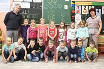 Žáci 1. třídy ZŠ Kravaře  s třídní učitelkou Janou Hurtovou a ředitelem školy Zdeňkem Šmídou.