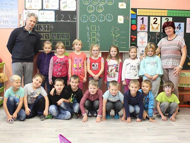 Žáci 1.třídy ZŠ Kravaře  střídní učitelkou Janou Hurtovou a ředitelem školy Zdeňkem Šmídou.