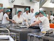 Nemocniční kuchyně připravuje denně na 300 snídaní, vaří 800 obědů a 300 večeří.