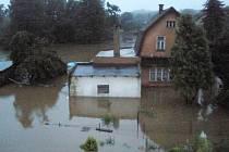 Snímky z nedělního rána v Pertolticích pod Ralskem. Situace po protržení hrází rybníků v Jablonném v Podještědí.