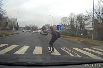 Řidič na přechodu těžce zranil 15letého mladíka.