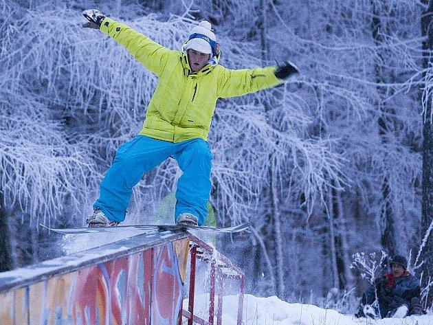 Bohatá sněhová nadílka, která zasypala o uplynulém víkendu Českolipsko, potěšila lyžaře. V Horním Podluží ji využili lyžaři i snowboardisté. U vleku se tvořila fronta, lyžařům to ale příliš nevadilo.