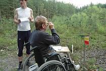 Lesem s mapou a buzolou absolvovali vozíčkáři mezinárodní mistrovství České republiky. Na trati plnili úkoly.