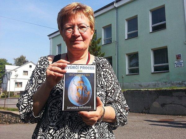 """Na knize, kterou nazvala """"Tvůrčí proces jako živý program vnás"""", pracovala akademická malířka Jaroslava Votrubová zPrahy více než deset let."""