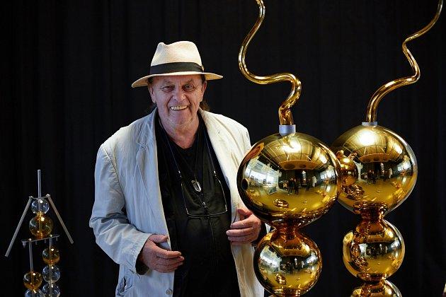 Dílo sklářské legendy Jiřího Šuhájka, které vytvořil během říjnového Mezinárodního sklářského sympozia, ozdobilo centrum Kamenického Šenova.