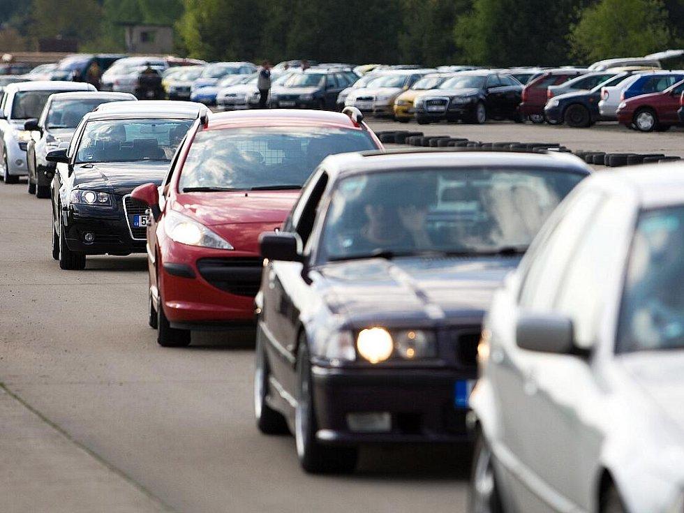 Na letiště Hradčany v bývalém vojenském prostoru Ralsko se tradičně sjíždějí tisíce motoristů.