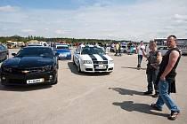 Až dvacet tisíc návštěvníků se každoročně sjíždělo na největší sraz vyznavačů tuningu na letiště v Hradčanech.
