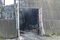 Požár zničil přibližně jednu čtvrtinu  dřevěné haly.