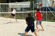 Nadšenci pravidelně pořádají turnaje v plážovém volejbalu, letos za vlastní peníze zvelebili hřiště.