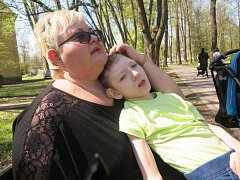 Devítiletý Dominik žije jen s babičkou, která ho má ve své péči.