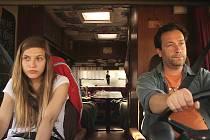 Klára (Eva Davidová) a Hynek (Erik Demko) na cestě po severu Čech. Ona utíká před rodinou, ve které zažila i sexuální zneužívání. On žije sám v obytném přívěsu, ve kterém prodává párky v rohlíku a nemůže spát.