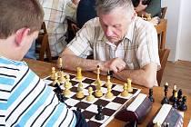 Nejstarší účastník turnaje v rapid šachu, 80letý Marcel Kokta z TJ Lokomotiva Liberec. V pozadí zamyšlený Zdeněk Maršálek (ŠK Zikuda Turnov) – vítěz turnaje.