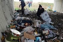 Tunel na Ladech byl při našem příjezdu zcela zaplněn pestrou škálou různých odpadků.