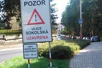 Na uzavírku už ve městě upozorňují rozmístěná dopravní značení.