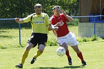 Čtyři góly dali fotbalisté SK Skalice soupeři z Vratislavic, nad kterými s přehledem vyhráli v poměru 4:1. Neumann v souboji s obráncem hostí.