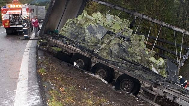 Čerstvě uhašený kamion v Zahrádkách u České Lípy